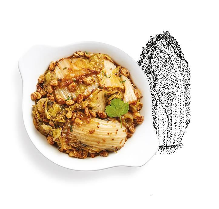 Suggestion de présentation du plat préparé chou chinois braisé aux raisins et à la sauce de soja